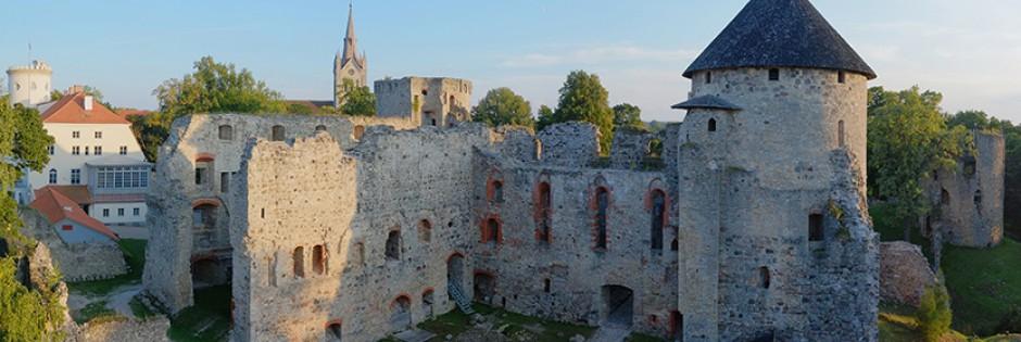 <p>500 лет назад Цесисский замок был мощнейшей средневековой крепостью Ливонии, а сегодня это самые впечатляющие и лучше всего сохранившиеся развалины средневекового замка в Латвии.</p>