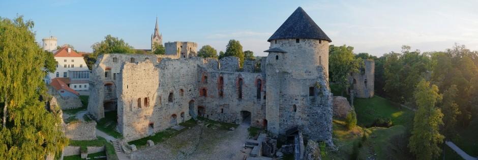 <p>Pirms 500 gadiem Cēsu pils bija varenākais viduslaiku Livonijas cietoksnis, bet šodien – iespaidīgākās un vislabāk saglabājušās pilsdrupas Latvijā.</p>